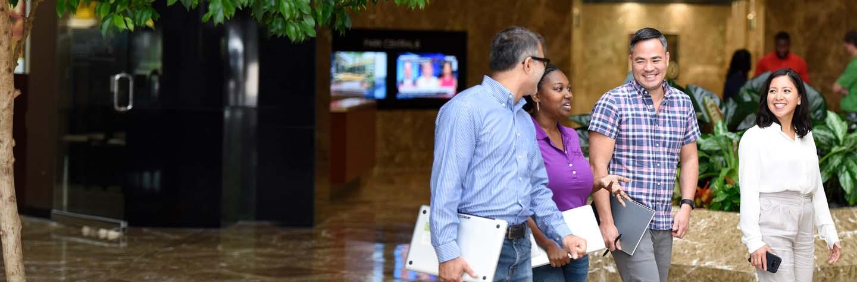 employés discutant et traversant joyeusement le hall d'entrée