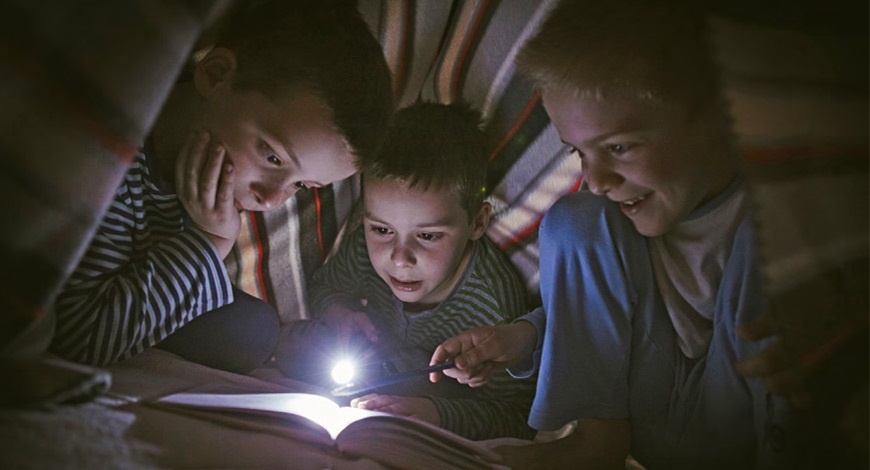 Préparez-vous à faire face aux pannes de courant; une famille traverse une tempête grâce à la lumière de ses appareils alimentés par une batterie