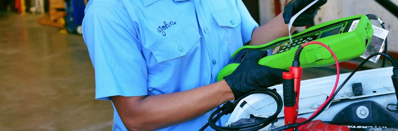 Technicien de l'automobile utilisant un testeur de batterie ED-18